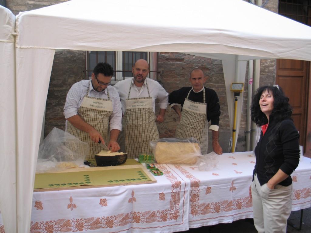 4 IMG_1340 volontari in cucina